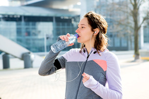 Woman drinking water during a running sessionの写真素材 [FYI00646987]