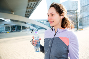 Woman drinking water during a running sessionの写真素材 [FYI00646995]