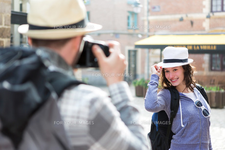 Man taking picture of his girlfriend on hoildaysの写真素材 [FYI00647016]