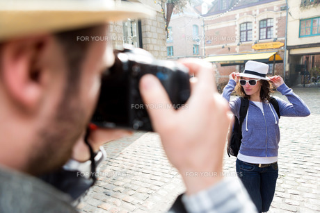 Man taking picture of his girlfriend on hoildaysの写真素材 [FYI00647017]