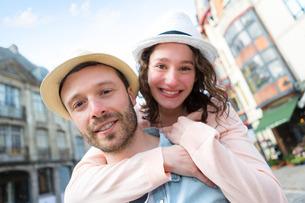 Young happy couple having fun on holidaysの写真素材 [FYI00647038]