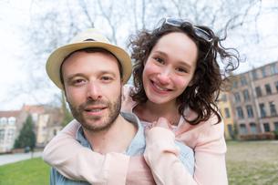 Young happy couple having fun on holidaysの写真素材 [FYI00647054]
