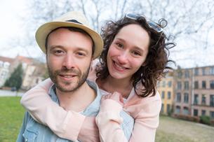 Young happy couple having fun on holidaysの写真素材 [FYI00647056]