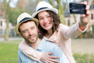 Young couple on holidays taking selfieの写真素材 [FYI00647060]