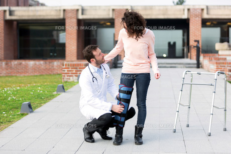 Young doctor assisting a young womanの写真素材 [FYI00647062]