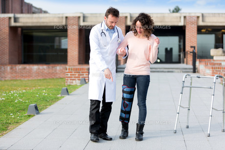 Young doctor assisting a young womanの写真素材 [FYI00647064]