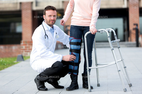Young doctor assisting a young womanの写真素材 [FYI00647065]