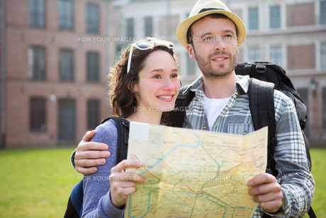 Couple of young attractive tourists watching mapの写真素材 [FYI00647077]