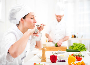 Young attractive professional chef tasting sauceの写真素材 [FYI00647104]
