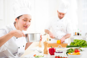 Young attractive professional chef tasting sauceの写真素材 [FYI00647117]