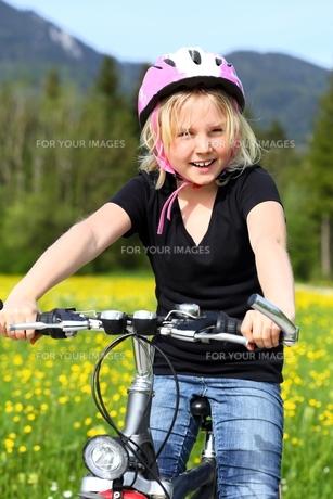 happy girl with bicycleの素材 [FYI00647192]
