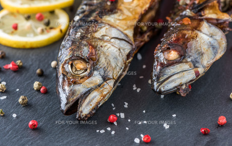 Baked Mackerel Fish with Herbs and Lemon on Stoneの写真素材 [FYI00647204]