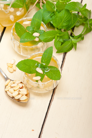 Arab traditional mint and pine nuts teaの素材 [FYI00647227]