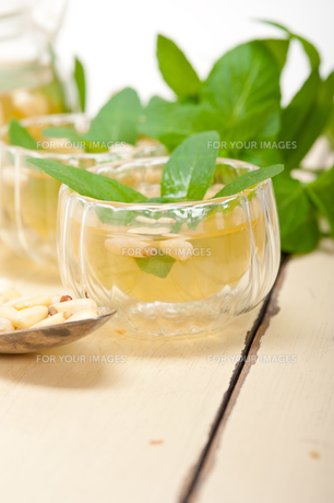 Arab traditional mint and pine nuts teaの素材 [FYI00647228]