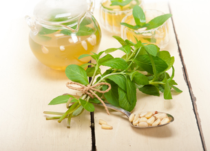 Arab traditional mint and pine nuts teaの写真素材 [FYI00647234]