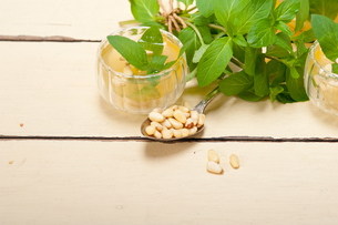 Arab traditional mint and pine nuts teaの写真素材 [FYI00647241]