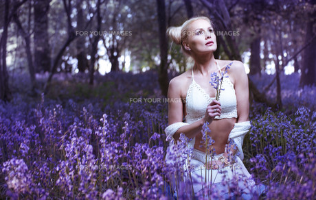 Artistic portrait of a girl in a bluebell forestの写真素材 [FYI00647296]
