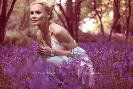 Artistic portrait of a girl in a bluebell forestの写真素材 [FYI00647298]