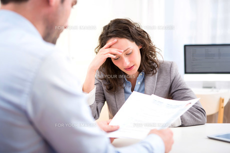 Young attractive woman during job interviewの写真素材 [FYI00647305]