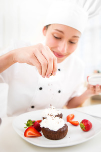 Young attractive professional chef cooking in his kitchenの写真素材 [FYI00647331]