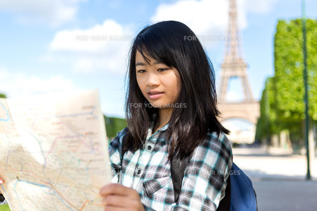 Young attractive asian tourist visiting Parisの素材 [FYI00647342]