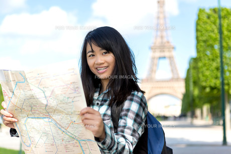 Young attractive asian tourist visiting Parisの素材 [FYI00647344]