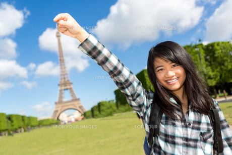 Young attractive asian tourist in front of Eiffel towerの写真素材 [FYI00647345]