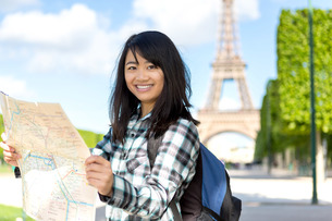Young attractive asian tourist visiting Parisの素材 [FYI00647346]