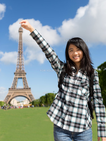 Young attractive asian tourist in front of Eiffel towerの写真素材 [FYI00647348]