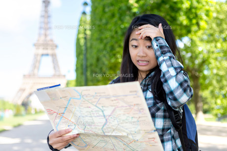 Young attractive asian tourist lost in Parisの素材 [FYI00647357]