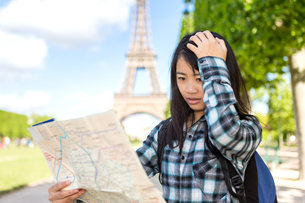 Young attractive asian tourist lost in Parisの素材 [FYI00647359]