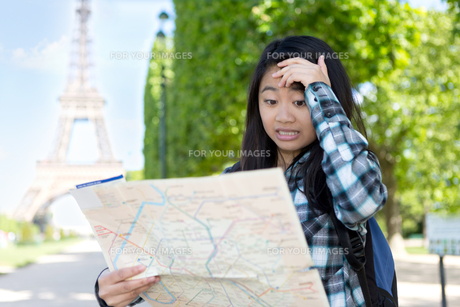 Young attractive asian tourist lost in Parisの素材 [FYI00647364]