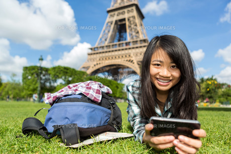Young attractive asian tourist smartphone tablet in Parisの写真素材 [FYI00647371]