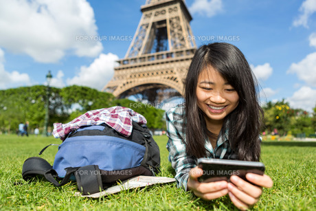 Young attractive asian tourist smartphone tablet in Parisの写真素材 [FYI00647372]
