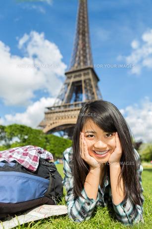 Young attractive asian tourist enjoying her Paris tripの写真素材 [FYI00647377]