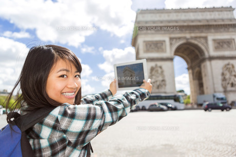 Young attractive asian tourist taking pictures in Parisの写真素材 [FYI00647399]