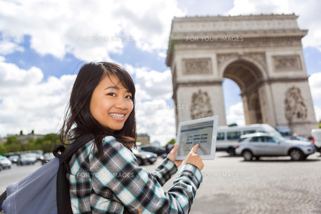Young attractive asian tourist using tablet in Parisの写真素材 [FYI00647400]