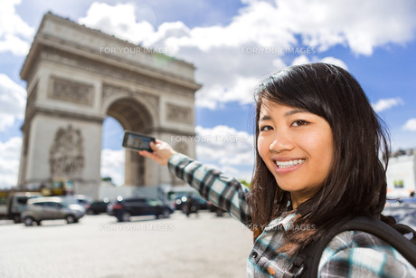 Young attractive asian tourist taking pictures in Parisの写真素材 [FYI00647401]