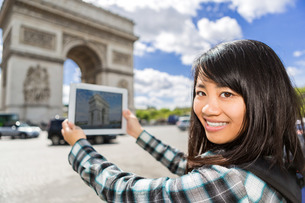 Young attractive asian tourist taking pictures in Parisの素材 [FYI00647404]