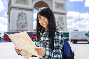 Young attractive asian tourist visiting Parisの素材 [FYI00647405]