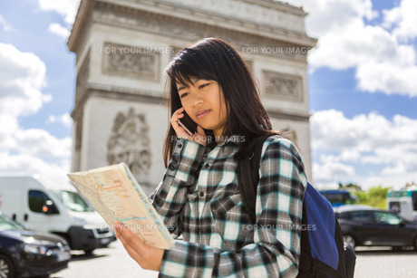 Young attractive asian tourist visiting Parisの素材 [FYI00647406]