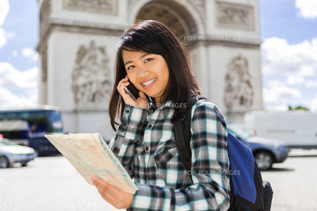 Young attractive asian tourist visiting Parisの素材 [FYI00647407]