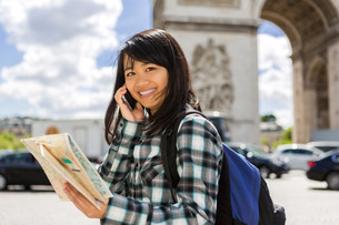 Young attractive asian tourist visiting Parisの素材 [FYI00647409]
