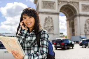 Young attractive asian tourist visiting Parisの素材 [FYI00647412]