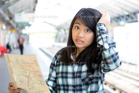 Young attractive asian tourist lost in Parisの素材 [FYI00647414]