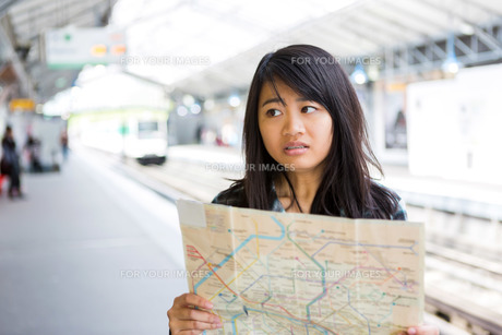 Young attractive asian tourist lost in Parisの素材 [FYI00647415]