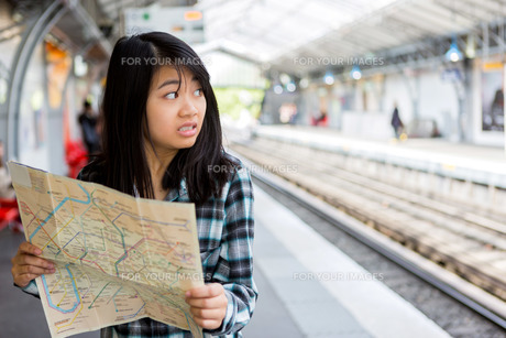 Young attractive asian tourist lost in Parisの素材 [FYI00647417]