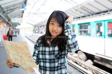 Young attractive asian tourist lost in Parisの素材 [FYI00647418]