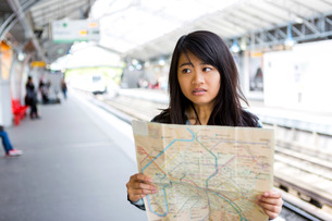 Young attractive asian tourist lost in Parisの素材 [FYI00647421]