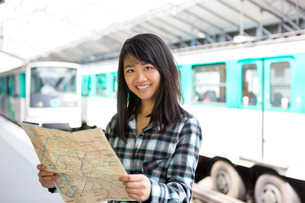 Young attractive asian tourist visiting Parisの素材 [FYI00647422]
